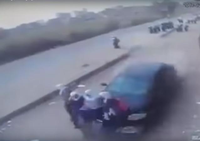 سيارة طائشة تدهس فتيات مصريات