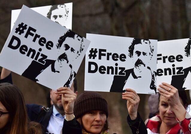 احتجاجات على اعتقال الصحفي دينيز في تركيا