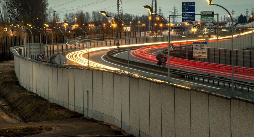 الجدار الفاصل الذي يفصل المدينة الفرنسية كاليه عن المملكة المتحدة