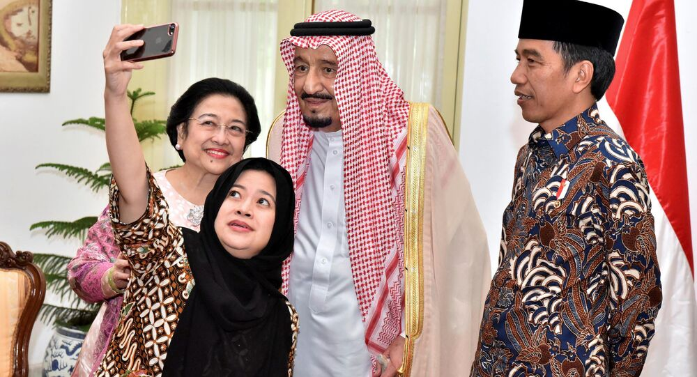 صورة سيلفي لرئيسة إندونيسيا (السابقة) ميغافيتي سوكارنوبتري وابنتها مع ملك المملكة السعودية سلمان