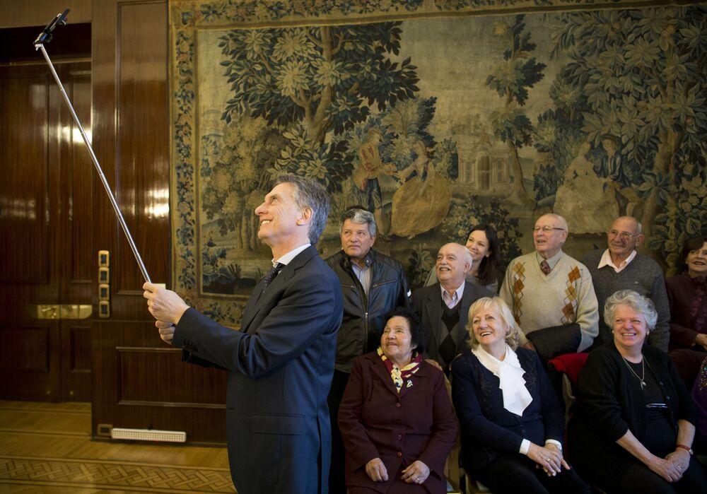 صورة سيلفي لرئيس الأرجنتين ماوريسيو ماركي مع المواطنين المتقاعدين