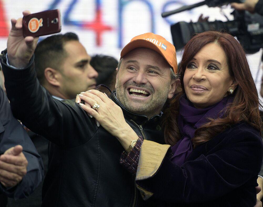 رئيسة الأرجنتين السابقة كريستينا فيرناندز دي كيرشير تلتقط صورة سيلفي مع الجمهور