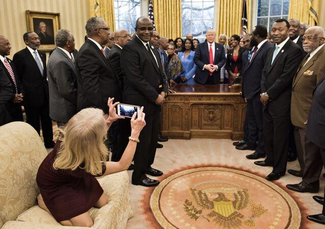 مستشارة الرئيس تلتقط صورة للرئيس الأمريكي دونالد ترامب في البيت الأبيض، الولايات المتحدة 27 فبراير/ شباط 2017