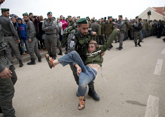 عناصر الشرطة الإسرائيلية تطرد المستوطنين من أوفرا على الأراضي الفلسطينية بالضفة الغربية، 28 فبراير/ شباط 2017