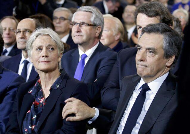 المرشح الرئاسي الفرنسي فرانسوا فيون وزوجته بينيلوب فيون