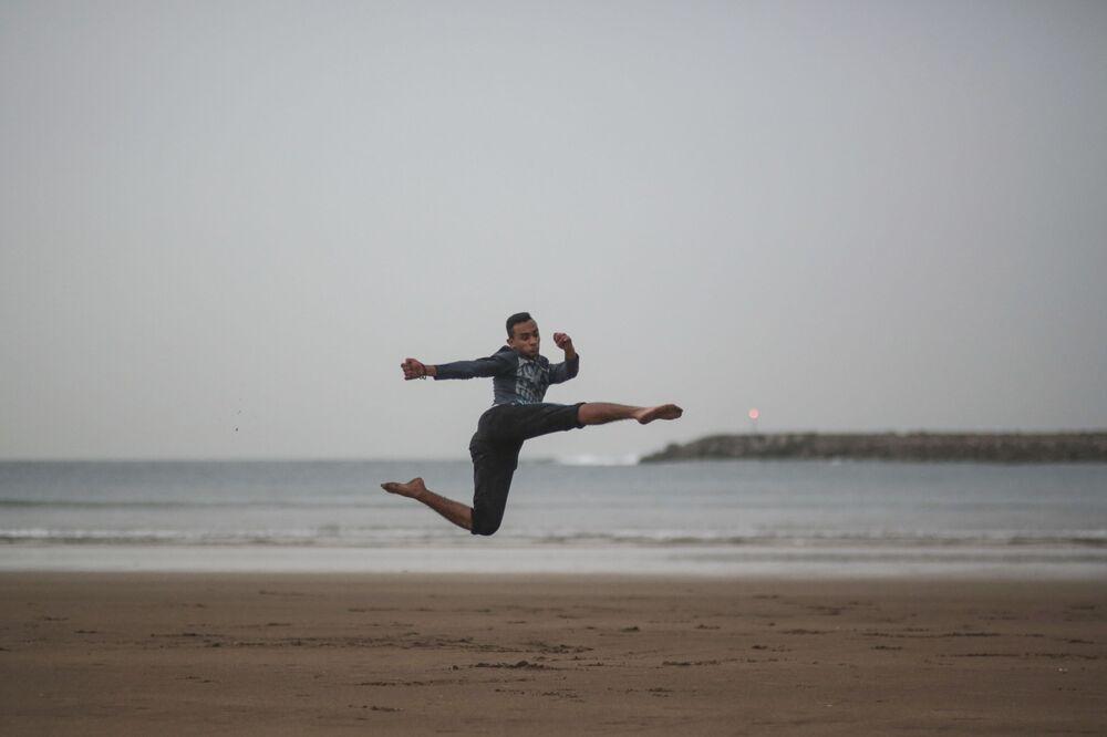 حمزة فدي، 16 عاماً، خلال ممارسته لتمارين الفنون القتالية الصينية وشو كونغ فو على شاطئ الرباط، المغرب 26 فبراير/ شباط 2017