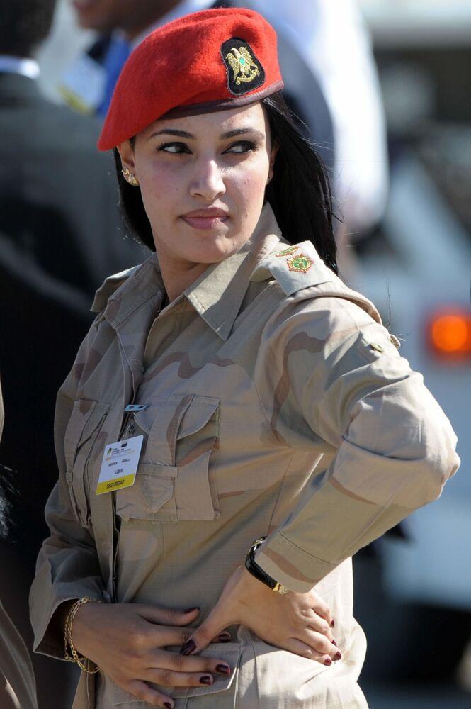 جندية ليبية تنتظر وصول الرئيس الليبي الراحل معمر القذافي في نوفا اسبارتا، فنزويلا 25 سبمتمبر/ أيلول 2009