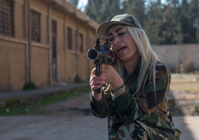 متطوعة في الجيش العربي السوري خلال التدريبات في ضواحي دمشق، سوريا