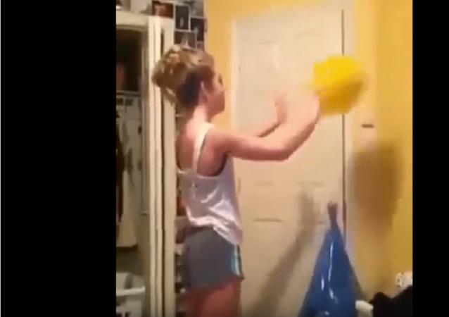 فتاة تلعب السلة