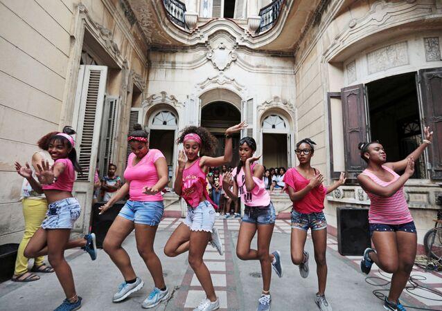 فتيات أمام قصر الثقافة بحي هافانا القديمة، كوبا