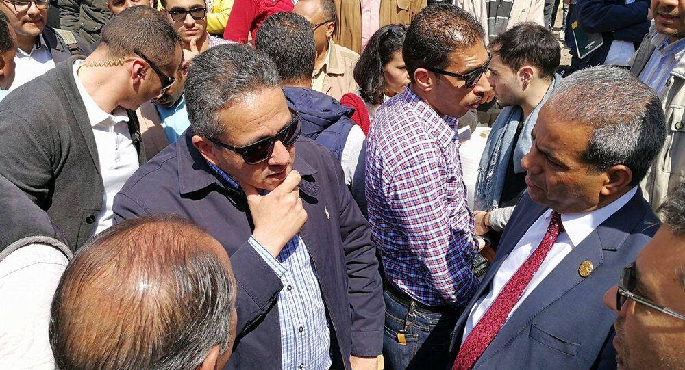 خالد العناني وزير الآثار أثناء عملية انتشال تمثال رمسيس الثاني من منطقة المطرية