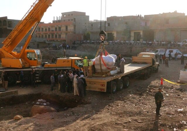شاحنات الجيش تنقل تمثال رمسيس