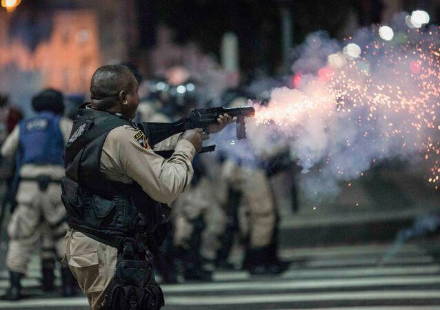 عناصر الشرطة البرازيلية يطلقون الرصاص المطاطي على المتظاهرين خلال اضراب عام، احتجاجا على إدخال التغيير والإصلاح في مشروع قانون نظام الرعاية الاجتماعية، في ريو دي جانيرو، البرازيل 15 مارس/ آذار 2017