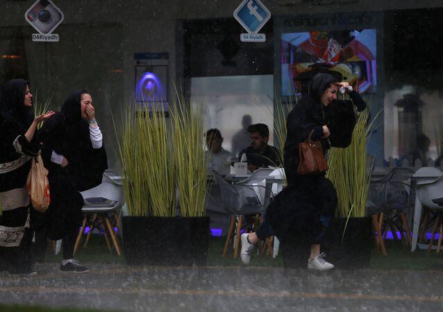 فتيات سعوديات يركضن تحت المطر