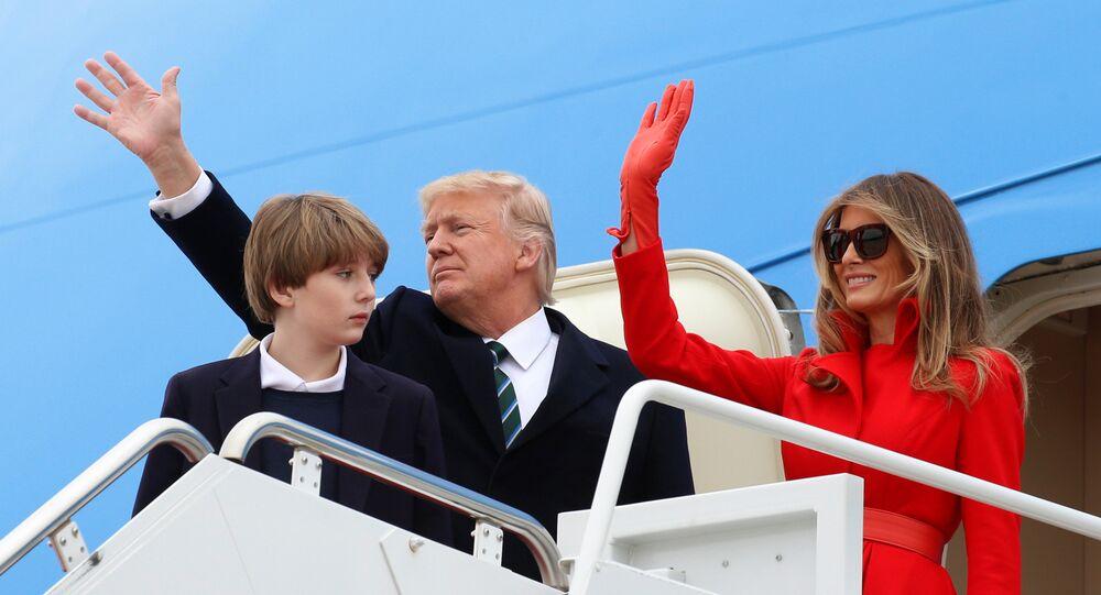 ميلانيا ترامب برفقة زوجها الرئيس الأمريكي دونالد ترامب وطفلها بارون