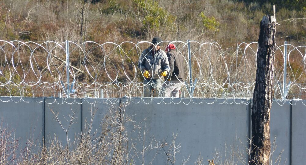 محتجون يقفون على الحدود التركية وينددون بالجدار الإسمنتي