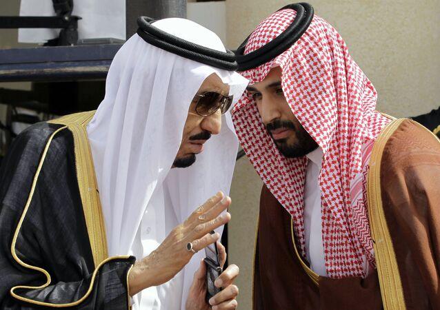 الملك السعودي سلمان بن عبد العزيز مع الأمير محمد بن سلمان