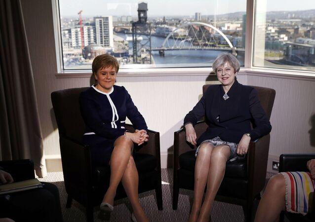 رئيسة الوزراء البريطانية تيريزا ماي ورئيسة الوزراء الاسكتلندية نيكولا ستروجون
