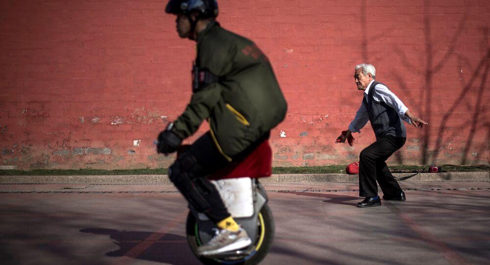 رجل مسن يمارس تمارين رياضية باستخدام سيف حاد في بكين، 27 مارس/ آذار 2017