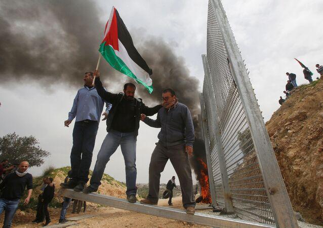 الفلسطينيون يشاركون في مسيرات بمناسبة يوم الأرض في بيت جالا، الضفة الغربية، فلسطين 30 مارس/ آذار 2017