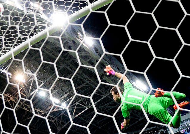 حارس مرمى فريق كرة القدم الروسي إيغور أكينفييف خلال مباراة ودية بين روسيا وبلجيكا