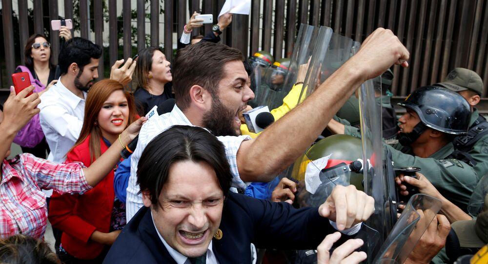 ازمة في فنزويلا بعد قرار المحكمة العليا سحب السلطات التشريعية من البرلمان