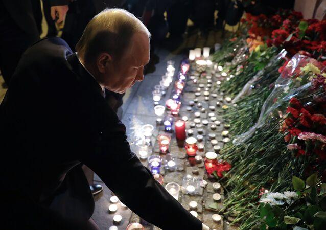 الرئيس فلاديمير بوتين يضع الأزهار في موقع الحدث - انفجار مترو بمدينة سانت بطرسبورغ في مدينة سانت بطرسبورغ، روسيا