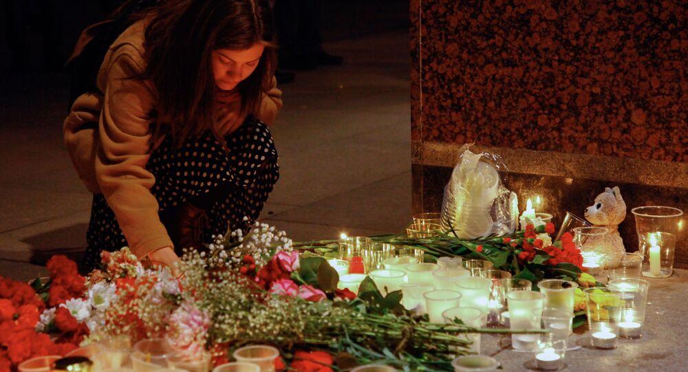 وضع أكاليل الأزهار في موقع الحدث، انفجار مترو في مدينة سانت بطرسبورغ، روسيا