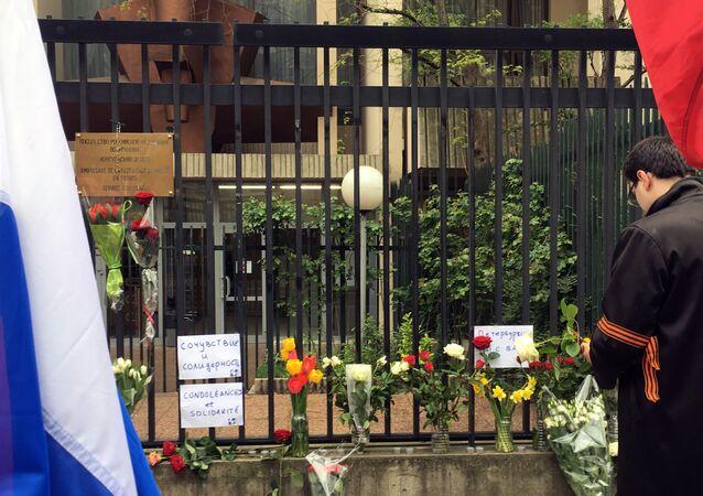 وضع أكاليل الأزهار في موقع الحدث - انفجار مترو أنفاق سان بطرسبورغ، روسيا
