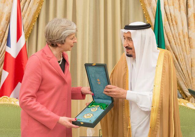 سلمان يمنح تيريزا ماي وشاح الملك عبدالعزيز