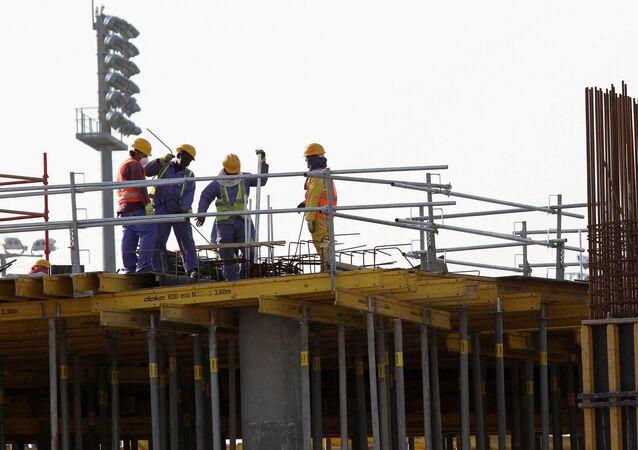 عمال في قطر