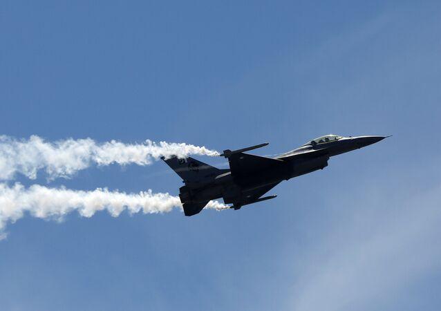 طائرة f-16