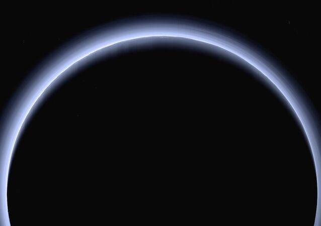 نشرت وكالة ناسا صورة (التقطت في مارس/ آذار) لكوكب بلوتو على خلفية مضاءة من قبل أشعة الشمس، وذلك حينما كانت تعبر المركبة الفضائية نيو هورايزونس (New Horizons) على بعد 200 ألف كلم من الكوكب. وفي يوم الجمعة، 7 أبريل/ نيسان 2017، سوف تصل المركبة الفضائية نصف الطريق بينها وبين الكوكب بحيث تصل إلى.