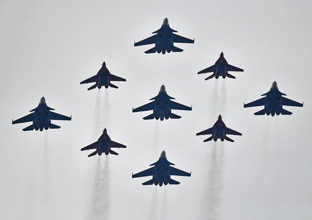 مجموعة الاستعراضات الجوية ستريجي (الخفافيش) على متن القاذفات ميغ-29 و الفرسان الروس على متن القاذفات سو-30، ستشارك في إحياء فعالية عيد النصر في الحرب الوطنية العظمى يوم 9 مايو/ أيار، وذلك أثناء التدريبات العسكرية الجوية في المطار العسكري الجوي كوبينكا بمقاطعة موسكو.