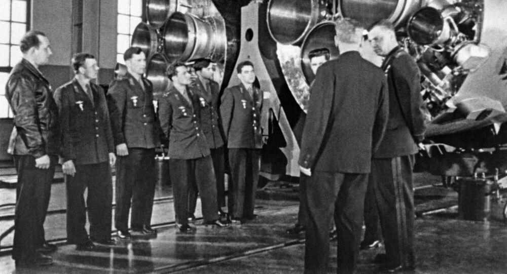أول رائد إلى الفضاء - يوري غاغارين مع أعضاء الفريق الأول لرواد الفضاء خلال تفقد الأجهزة الفضائية