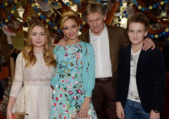 الرياضية الروسية تاتيانا نافكا وزوجها دميتري بيسكوف (المتحدث الرسمي باسم الكرملين) خلال أمسية في مؤسسة أوستانكينو للإذاعة.