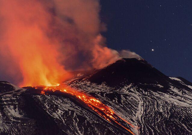 بركان إتنا يثور من جديد، إيطاليا 11 أبريل/ نيسان 2017