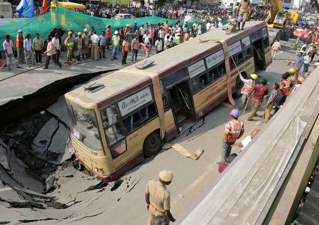 فريق الإنقاذ يقوم بإخراج الركاب من حافلة تعرضت لحادث طريق في تشيناي، الهند 9 أبريل/ نيسان 2017