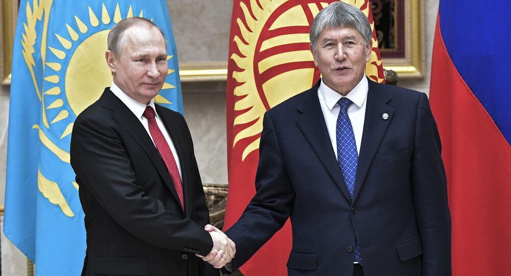 الرئيس الروسي فلاديمير بوتين ونظيره القيرغيزستاني ألمازبيك أتامباييف