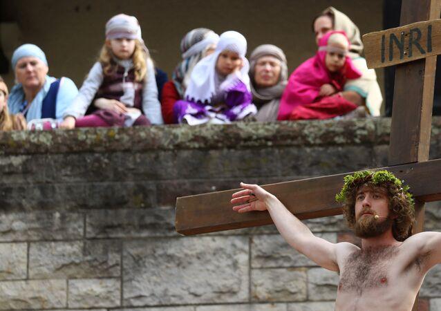 إعادة تمثيل صلب المسيح