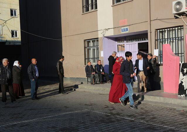 سكان محافظة ديار بكر يتوجهون إلى صناديق الاقتراع للمشاركة في الاستفتاء على التعديلات الدستورية