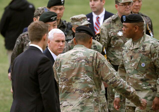زيارة نائب الرئيس الأمريكي مايك بنس إلى قاعدة عسكرية أمريكية في كوريا الجنوبية، التي تقع بجوار الحدود منزوعة السلاح مع كوريا الشمالية