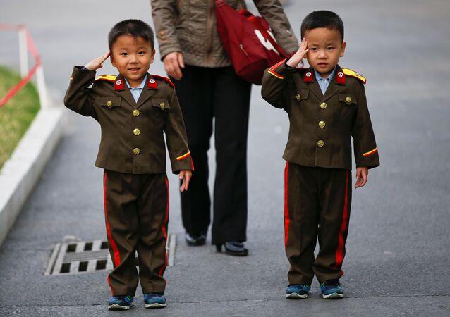 أطفال يؤدون التحية العسكرية في كوريا الشمالية