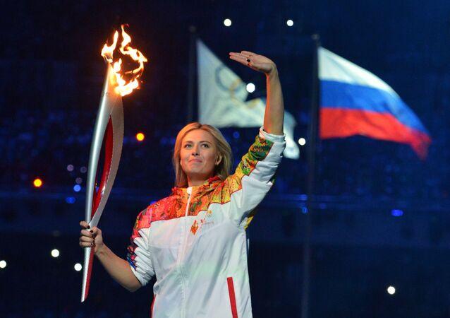 لاعبة التنس الروسية ماريا شارابوفا خلال تحمل الشعلة الأولمبية أثناء مراسم افتتاح الألعاب الأولمبية الشتوية في مدينة سوتشي، روسيا