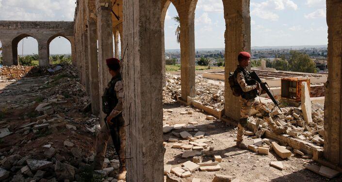 أمين مقداد يعزف على الكمان وسط ركام المباني في شرق مدينة الموصل، وذلك بعد أن كانت واقعة تحت سيطرة تنظيم داعش الإرهابي لمدة تزيد عن عامين ونصف، وعناصر الأمن العراقي تحرسه في جامع النبي يونس، العراق 19 أبريل/ نيسان 2017