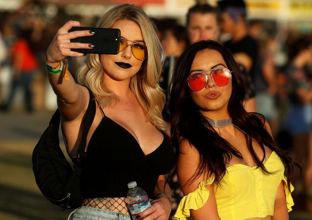 فتاتان تلتقطان صورة سيلفي على خلفية مهرجان الموسيقى والفن كوتشيللا في إنديو، كاليفورنيا، الولايات المتحدة 16 أبريل/ نيسان 2017