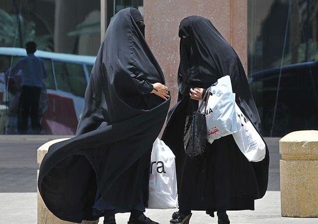 النساء السعوديات أمام مركز تجاري في الرياض
