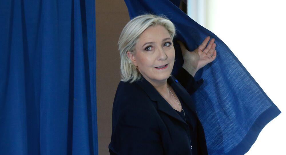 المرشحة مارين لوبان تدلي بصوتها في الجولة الأولى للانتخابات الفرنسية