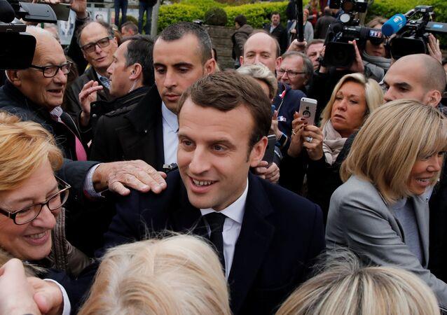 إيمانويل ماكرون بعد الإدلاء بصوته في الانتخابات الفرنسية
