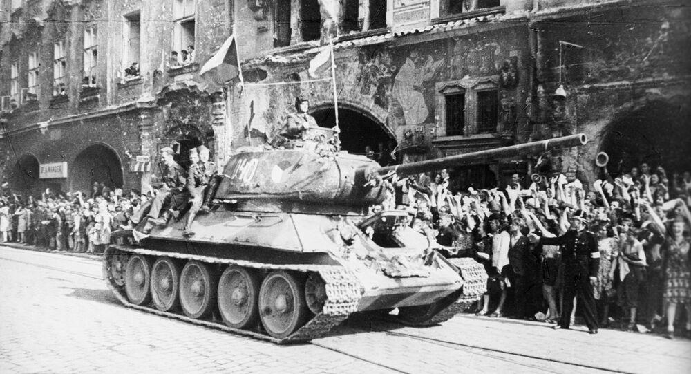 الدبابة السوفيتية تي-34، وهي من أفضل ما امتلكه الجيش الأحمر خلال الحرب العالمية الثانية، وهنا تدخل العاصمة التشيكية براغ، مايو/ آيار 1945